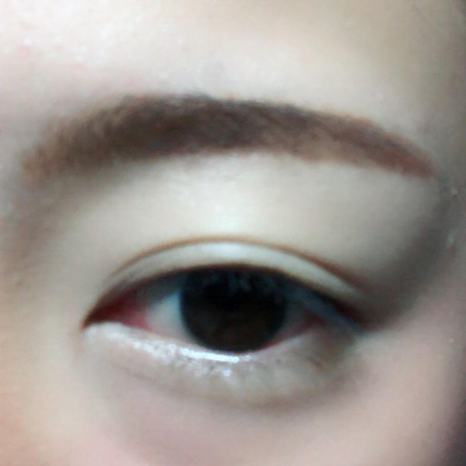 ペンシルで眉毛を太眉気味に書きます。
