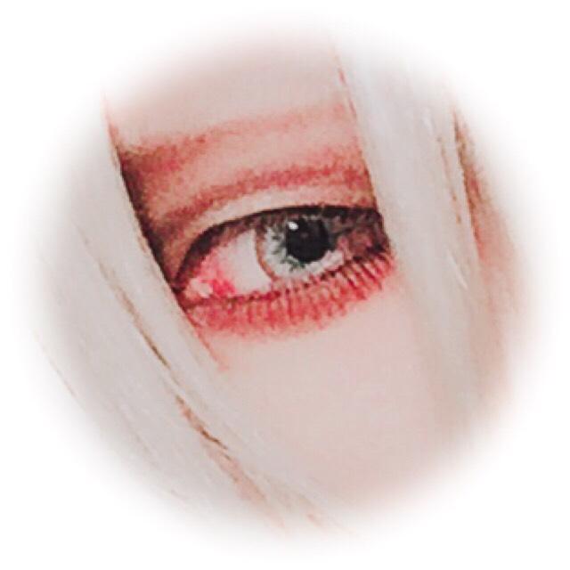 今回は涙袋をハイライト入れない方法でやってみたのですが、姉には「やりすぎ&逆に怖い」と不評でした。。。 加工で赤くなってますが実際は黒いです(笑)