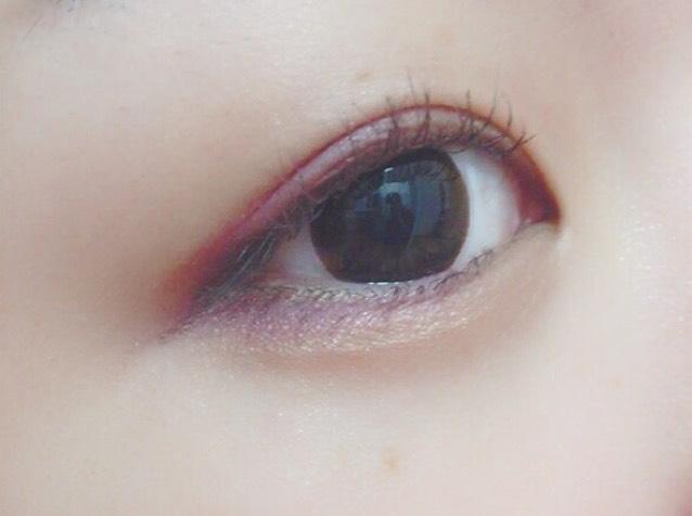 目尻にいれた深い紫を下まぶた目尻にもいれます  マットな赤色をアイラインっぽく引いて、目頭にゴールドラメを載せます