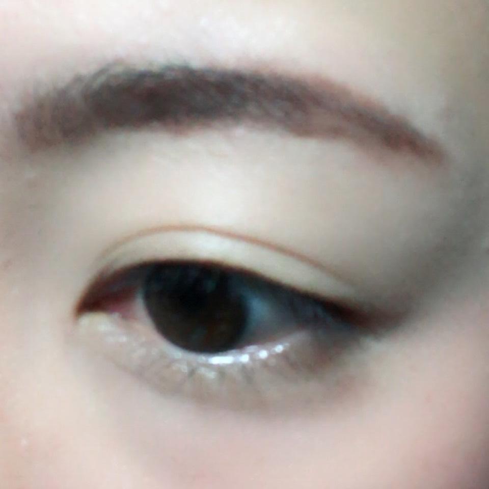 眉頭をパウダー、眉尻をペンシルで眉毛を太眉気味に書きます。