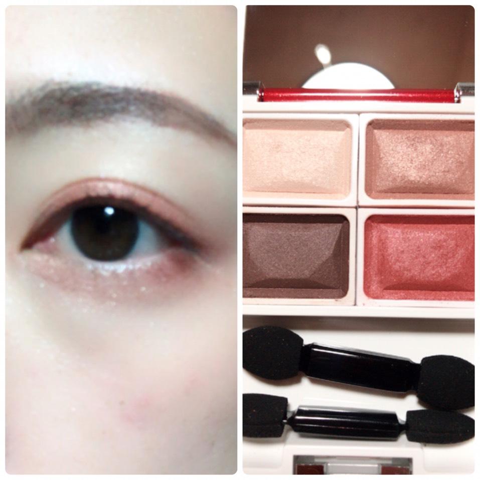 アイホール全体に左上のハイライトカラーを塗り、二重幅と目の下目尻側に右下の赤シャドウを塗ります。 上まぶたはその上から右上の淡いブラウンを塗ります。 涙袋にも淡めブラウンを塗ります。