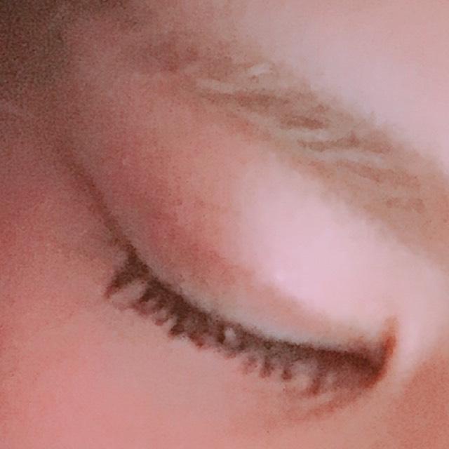 4。ヴィセのシャドーを薄い色から順に瞼にのせる。