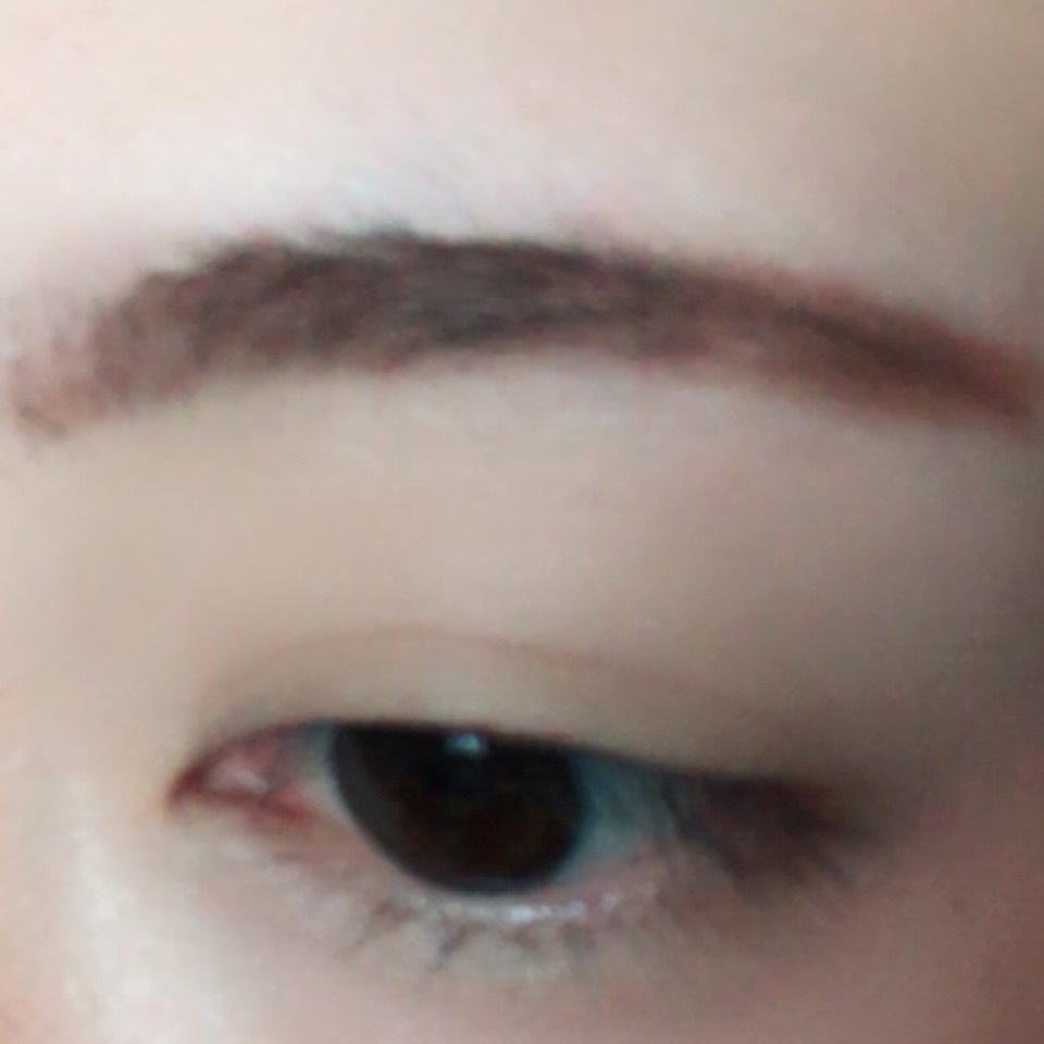 ペンシルタイプのアイブロウで眉毛を太眉気味に書きます。