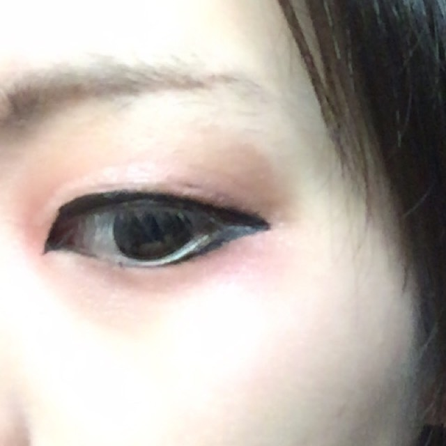 目尻、瞳の真ん中あたりまでラインを引く。 もう少し濃くても可。