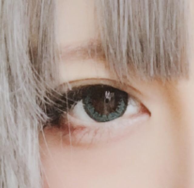 [涙袋] アイブロウパウダーで涙袋をガッツリ書きます。 目尻が濃く、目頭は薄めに書くと自然です。  [二重] 二重線をダブルライナーでなぞり濃くします。  [切開ライン] 切開ラインをアイライナーで少し書きます。