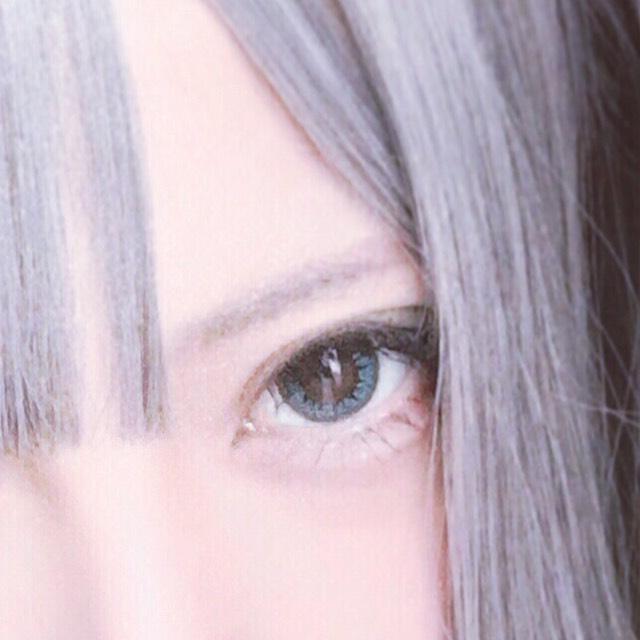 眉毛はアイブロウパウダーの1番薄い色を全体に塗った後、眉マスカラを全体に塗り、ルースパウダーを眉頭に付けました。