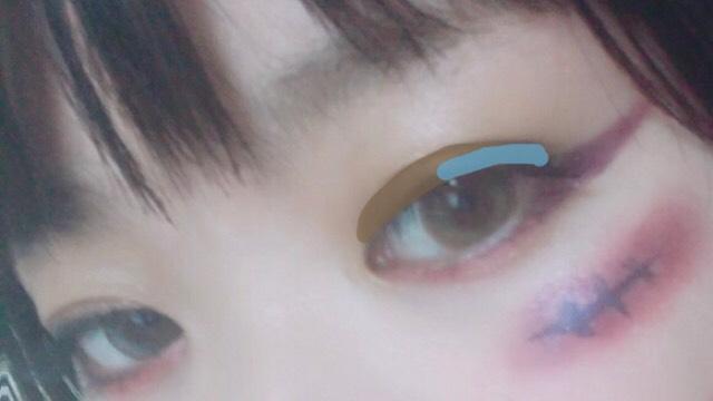上まぶたは、まず全体にブラウン!! 目尻側に青を入れます