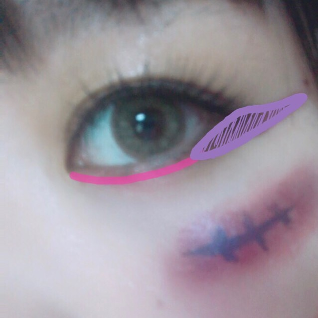 ピンクを涙袋2/3に! 紫を目尻に!!  目を派手にするため、つけまをつけます! あたしは目尻が多いつけまを選びました!