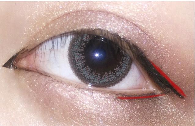 後は目尻とその下の粘膜 先ほど黒のアイライナーの線に沿うように赤のアイライナーで書きます