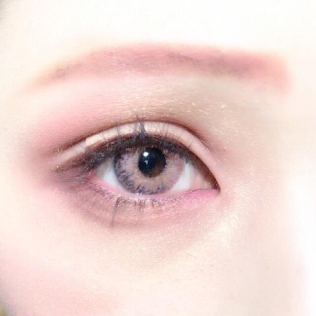 眉毛は並行を意識しながら黄色寄りの茶色のアイブロウペンシルで書いた後にピンクのシャドウを重ねてピンクの眉毛にします。