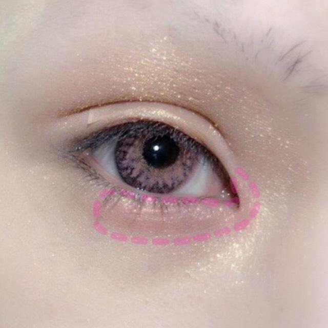 涙袋に薄めのピンクシャドウを塗ります。