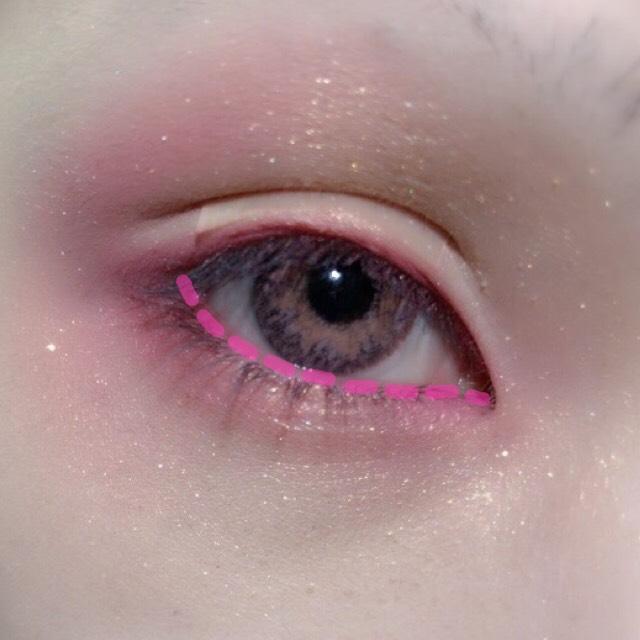 これは無くてもいいのですが…(目にシャドウが入る恐れがあるので自己責任で) 私は粘膜にピンクのシャドウを塗りました。