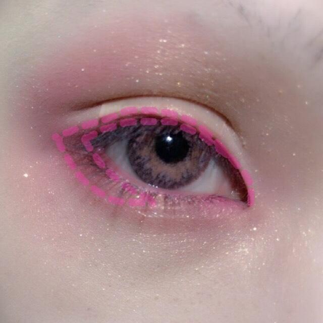 キャンメイクの濃いめのピンクを使い、まつ毛の生え際から2~3mm程度の幅でシャドウを塗ります。 下目尻側は少し太めに。