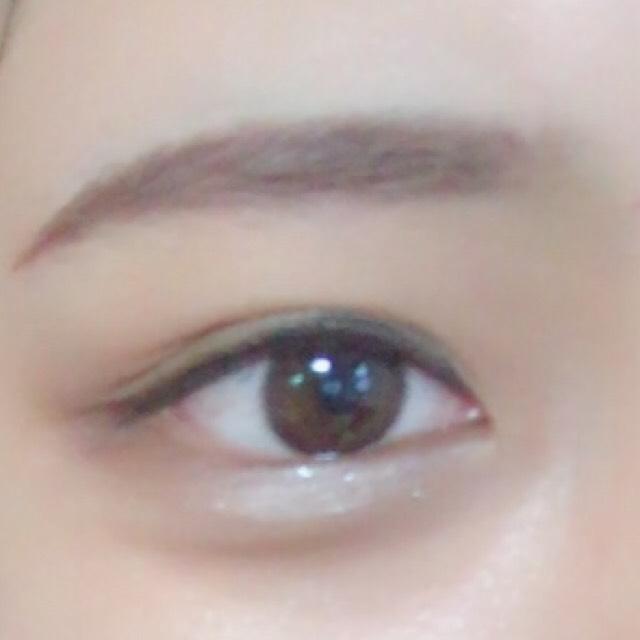 眉毛はキリッと、濃いめな色で。  ベースは普段通りで、 ハイライトを重要視しました、おでこの中心、鼻筋、ほっぺの高いところ。