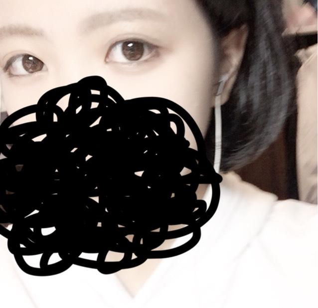 Kaneboのメイクアップベースのグリーンを顔全体に塗り、赤みを抑えます。 次にコンシーラーの1番暗い色を目の下のクマを隠すように乗せます。1番明るい色は鼻筋に乗せハイライトにします。 眉もこの段階で書いてます。