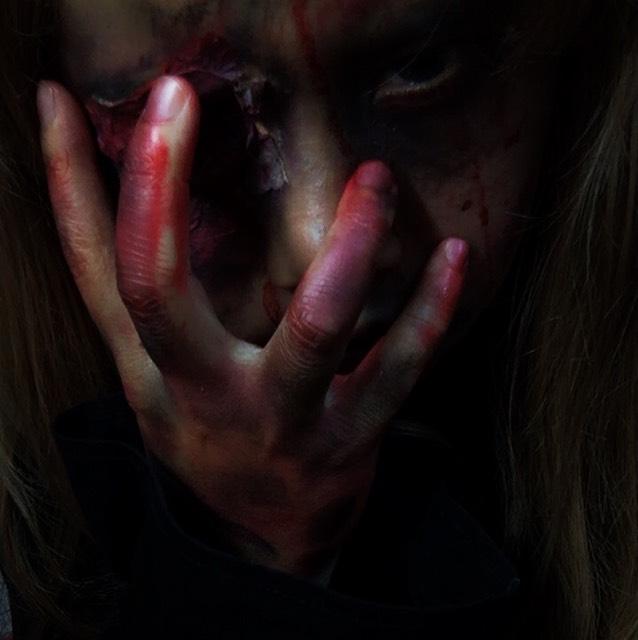 手は適当に血糊やら紫、黒、赤のシャドウを塗った!