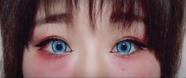 目の下、上目尻に赤いコンシーラーのようなものを塗ります。 上はつけま、下はマスカラ+目尻はアイライナーでまつ毛を描きたしています。