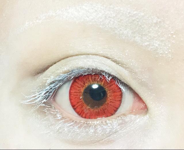 メザイクを使って二重幅を拡張し、シルバーとホワイトのシャドウを瞼と涙袋の所に塗り、ポスカの白マスカラ二度塗る