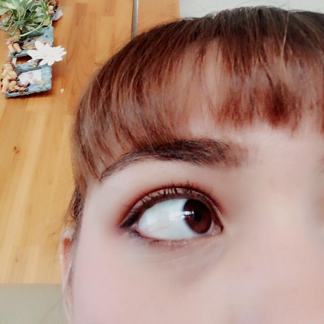 眉毛はアイブロウライナーでしっかりと書き、眉頭はパウダーでぼかします。  アイライナーはタレ目気味にしっかり引きます。