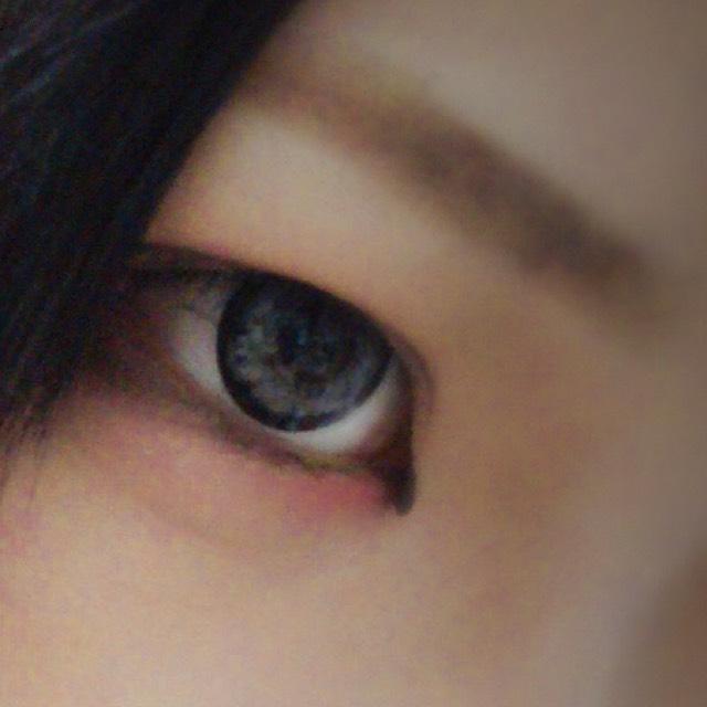 眉毛は平行に黒めに書き、目と眉の間にくの字にシェーディングを入れて彫りの深い不健康そうな顔にします。二重幅は広めに!