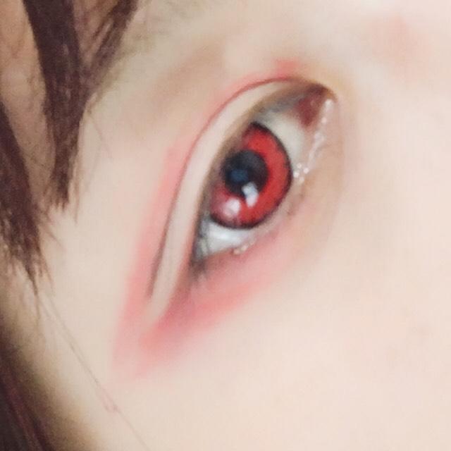 ③二重ラインの上 黒目下から目尻まで長く赤シャドウで囲む