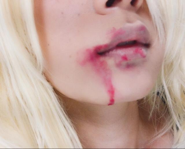 ⑧ 唇にパウダーファンデをはたき、 唇に赤ペンシルで適当に血の跡っぽく描く。 垂らすとそれっぽい