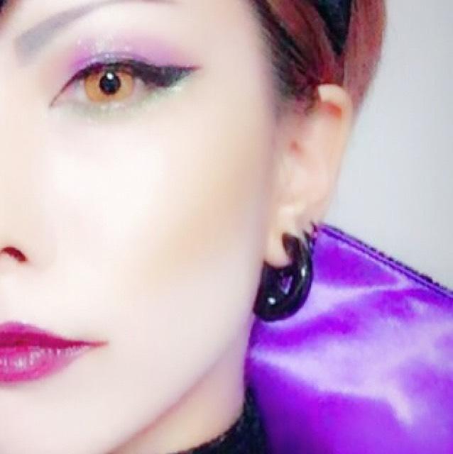 コントロールカラー青を顔全体に塗り、リキッドファンデーションを手で伸ばし、パフで叩きながらファンデーションを乗せる