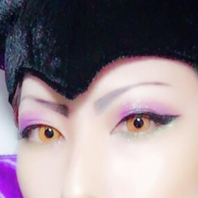 メザイクで二重幅を広げ、上瞼に紫、下にグリーンのアイシャドウを乗せアイラインは極度の跳ね上げ