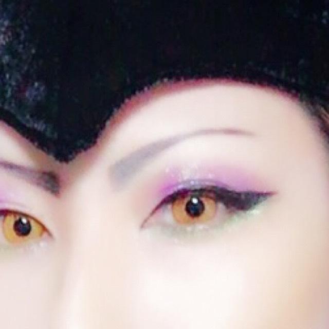 眉毛はグレーのアイブロウペンシルで角度を付けて描く