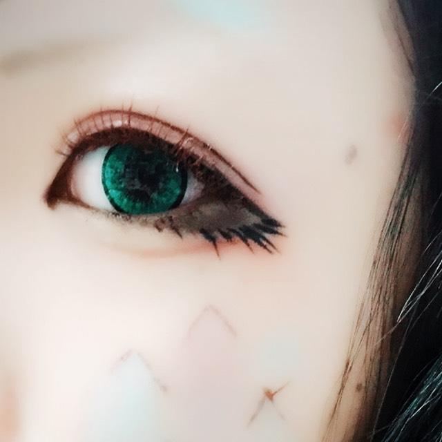 つけまつげはアイブローマスカラを使って明るめにします、あと、睫毛の生え際の1ミリ上につけて目を大きく見せます