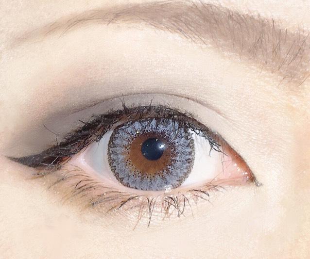 眉毛は、アイブロウペンシルのアッシュカラーを使用し、角度強めに描く。