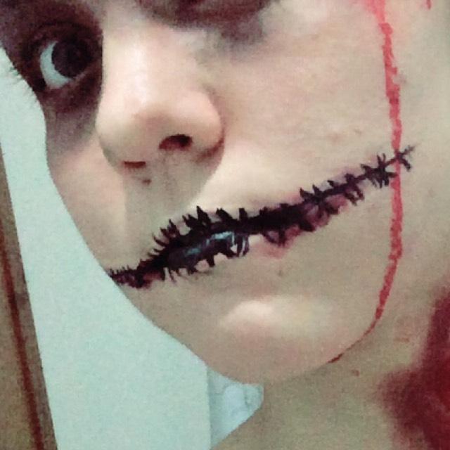 アイライナーで口を書きます。 ラインを引いて、縫い目をつけていきます。  血糊をつけたい方はつけて下さい。  口元なのでウォータープルーフタイプがオススメです。