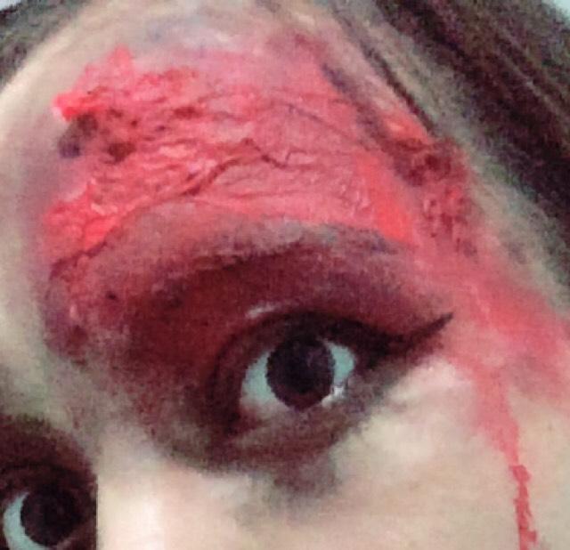 初めに傷メイク(詳しくは去年の私の投稿に)  つけまノリでティッシュを貼り付け、血糊を塗ります。乾いたらアイシャドウ(黒、茶色、青、紫)などで腐り感を出します。 そして周りはブラウンや黒。  この時、血糊をたらして流血してるようにするとリアルです。