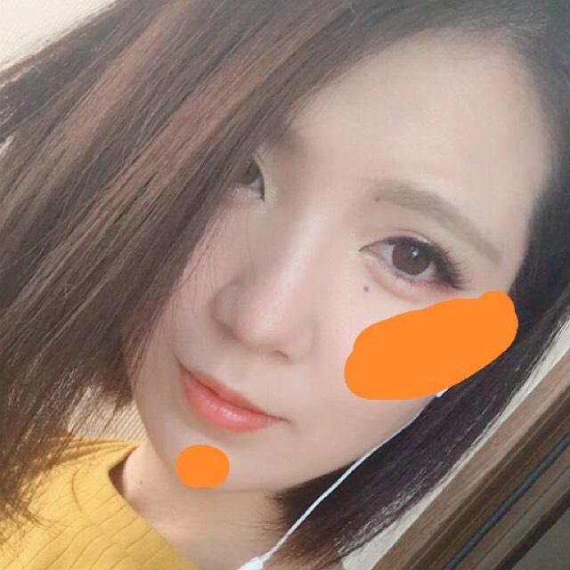 チークはオレンジのカラーで頬骨から小鼻の横のラインと同じ高さまで縦を意識して入れて、顎にも軽くちょんっと乗せました。 リップもオレンジです。