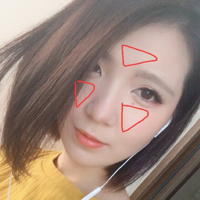 トーンアップを狙って、赤い印の部分に塗ります。 中央らへんをトーンアップすれば顔だけ白い…てこともなくなり自然なトーンアップになります☆*。 ※伸びがとてもいいので本当に少量のファンデーションを伸ばします