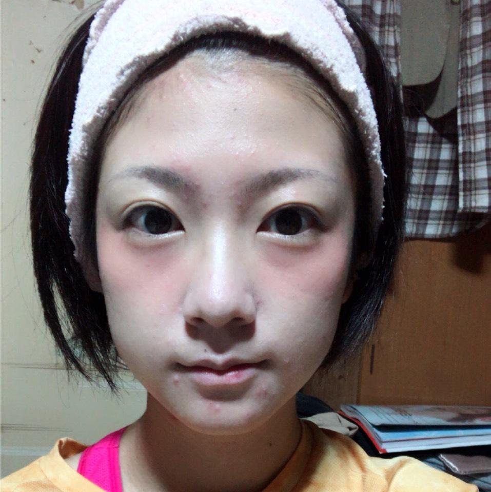 おでこ、鼻筋、ほうれい線にハイライト ほっぺにクリームチークを塗ります。