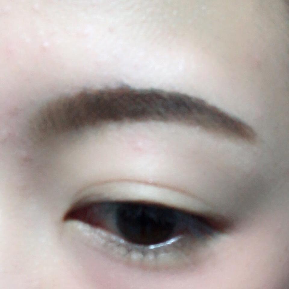 眉毛をパウダータイプのアイブローでふんわりと書きます。