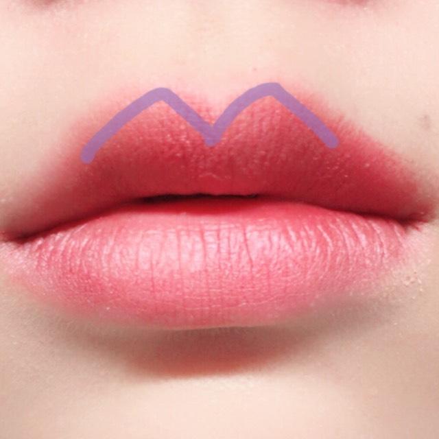 上唇が山形になるように意識してエチュードハウスのボルドーのシャドウを塗る