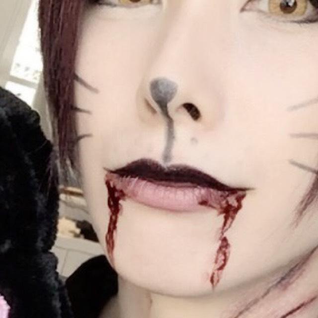 頬、鼻→黒の眉ペンで鼻やヒゲを描く。