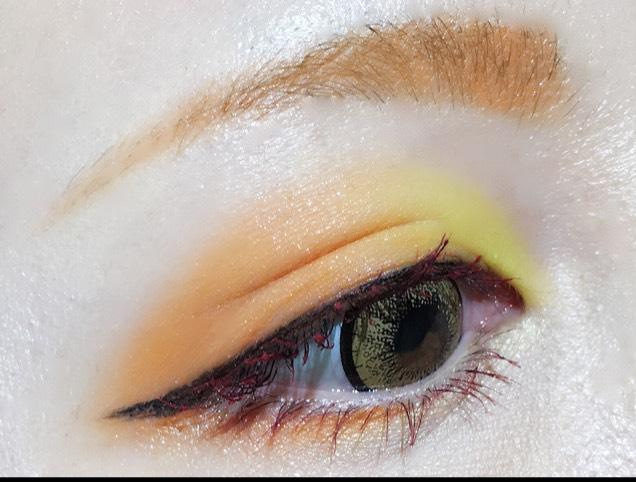 アイブロウ→眉山にかけて細くし、ゴールドの眉マスカラで眉毛の色を変える。