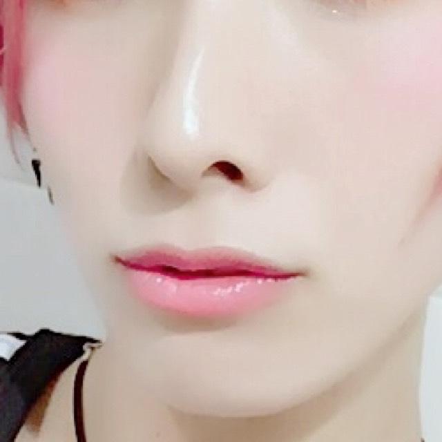 リップ→ピンクのリップをベタ塗りし、グロスを塗れば完成!