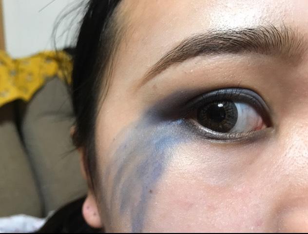 青のアイシャドウを二重幅に塗る ほっぺまで垂れ下がってるイメージで塗る