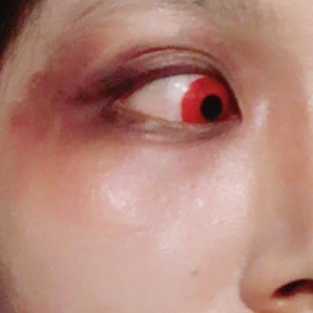 目の周りは赤と黒と茶色で痛々しい感じに。肌はドーリーコスメのバニラを首までぬりぬり。