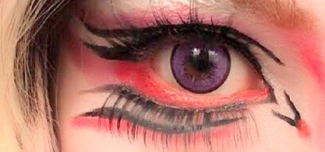 上のダブルラインには紫を重ね下のラインには赤を重ねます。 目尻に紫をはね上げるみたいに入れて目頭のラインにも赤を点で入れる
