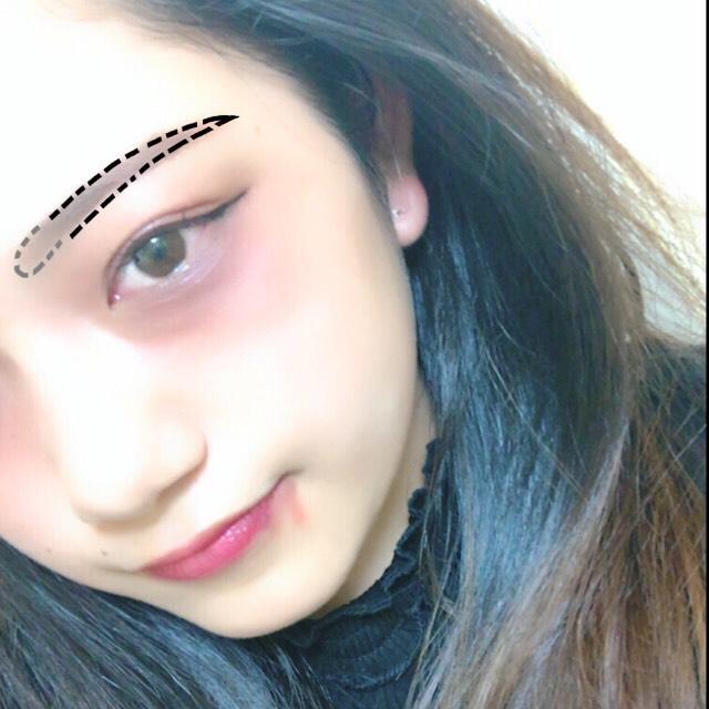 ベース:出来るだけ白くします。  眉毛:キリッと長めにかきます。眉頭はぼかします
