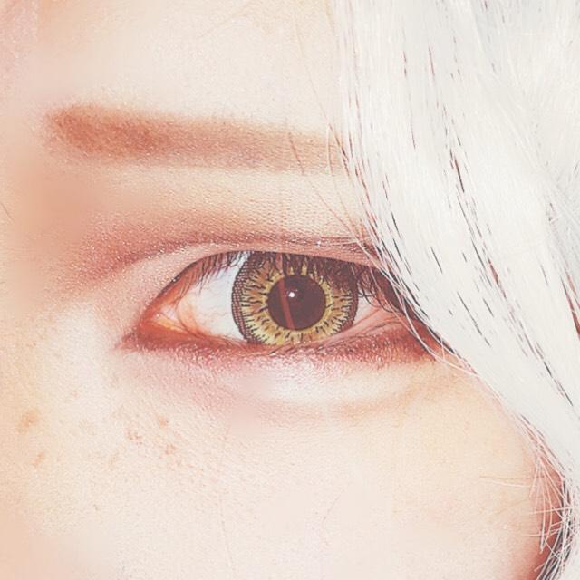 目元のメイク拡大です。(外カメフラッシュのため眩しくて険しい目です) タレ目デカ目の子なので自分の目に沿って描いてません。 眉毛は困り眉系に。 私はやりすぎて変な顔になりました!!