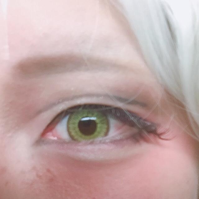 つけまは上だけにしました。 タレ目になるよう真ん中あたりからつけ始めて目尻にオーバーぎみにはみ出るようにしてます。 カラコンのイエロークラウンですが光の明るさ、フィルターの違いで黄緑に見えることもありますので好みのものを探してくださいね