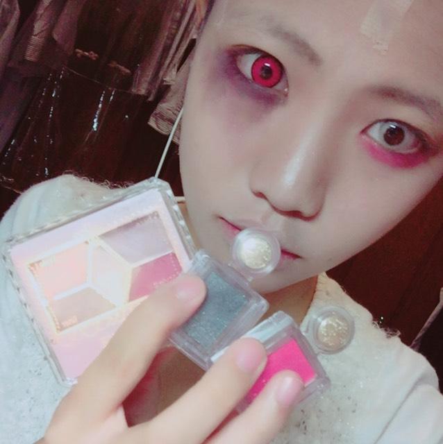 マジョリカマジョルカの赤のシャドーを下まぶた全体にチップで塗る。片目を黒のシャドーとキャンメイクのパーフェクトスタイリストアイズ14の右下紫を痣っぽく見えるように調節していきます
