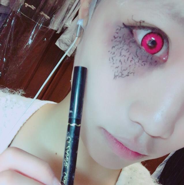 黒のリキッドアイライナーで先ほど痣っぽくした方の目に模様を描いていきます。これは気持ち悪い感じが出せればどんな感じでも大丈夫