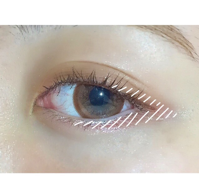 ★次に、先ほどのパーフェクトマルチアイズ03の下の段1番左のレッドブラウンをチップで取り、下瞼の真中から目尻にかけて塗り、上瞼の目尻(目頭から2/3程度)のところから下瞼で塗った最終点まで塗る。 ★その後、上瞼だけ指でぼかします。
